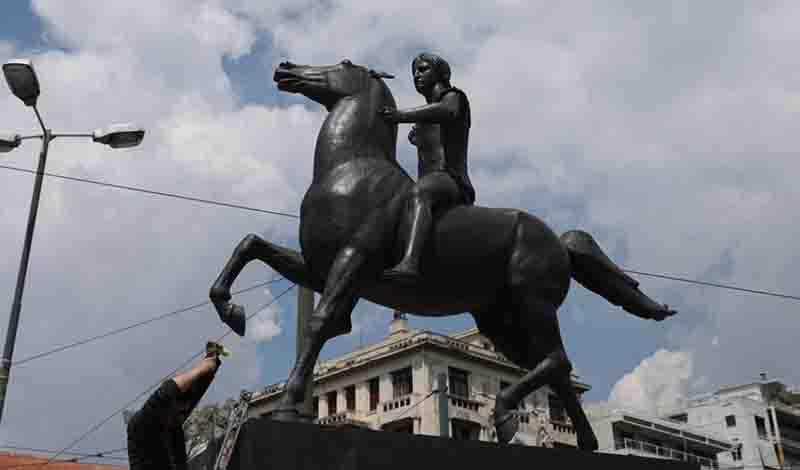 Πραγματοποιήθηκαν το πρωί τα αποκαλυπτήρια του αγάλματος του Μεγάλου Αλεξάνδρου (φωτο)