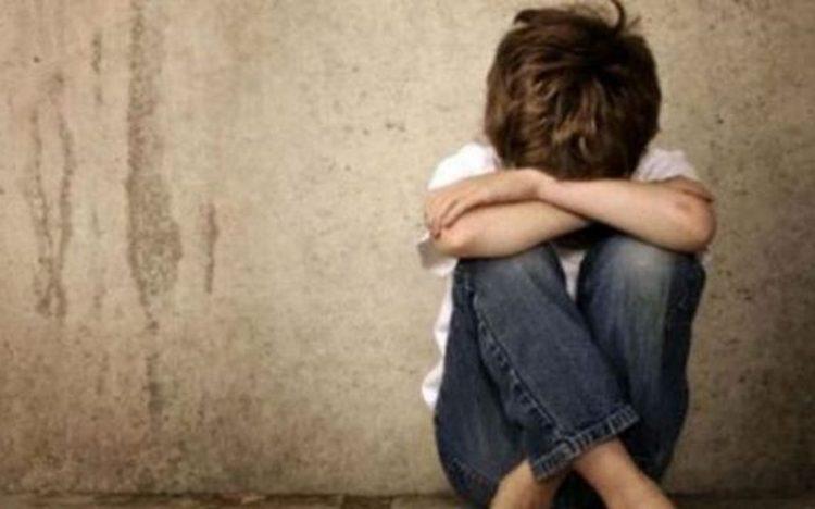 Πατέρας φέρεται να ασελγούσε στον γιο του: «Έπεσε» χαστούκι από τη γιαγιά στην δίκη