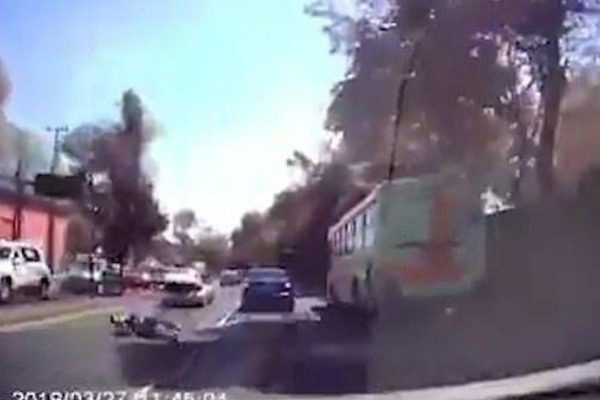 Η στιγμή που ένα θύμα απαγωγής δραπετεύει από το πορτμπαγκάζ αυτοκινήτου