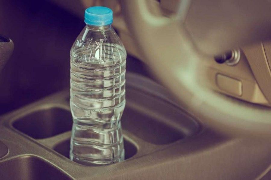 Γιατί δεν πρέπει να έχουμε πλαστικά μπουκάλια μέσα στο αυτοκίνητο