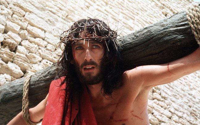 «Ο Ιησούς από τη Ναζαρέτ»…πίσω από τις κάμερες. Ο Τζεφιρέλι άφησε ώρες τον Ρόμπερτ Πάουελ δεμένο στον σταυρό και του κρατούσαν μια κουβέρτα κι ένα τσιγάρο