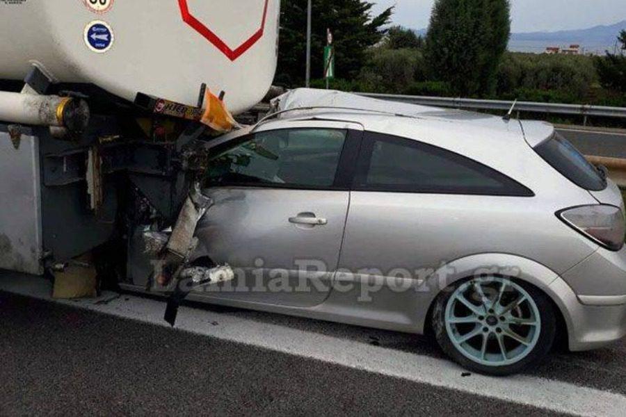 Αυτοκίνητο «καρφώθηκε» σε βυτιοφόρο στην Αθηνών – Λαμίας
