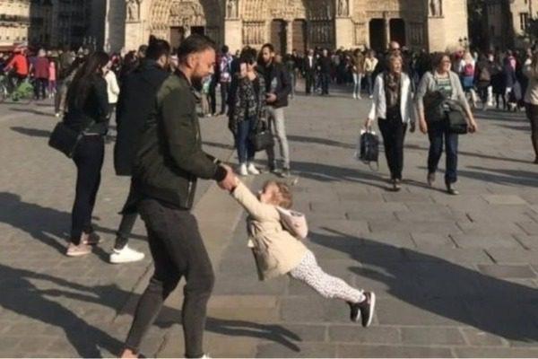 Παναγία των Παρισίων: Τέλος η αναζήτηση! Βρέθηκε ο άνδρας και το κοριτσάκι που έγιναν viral