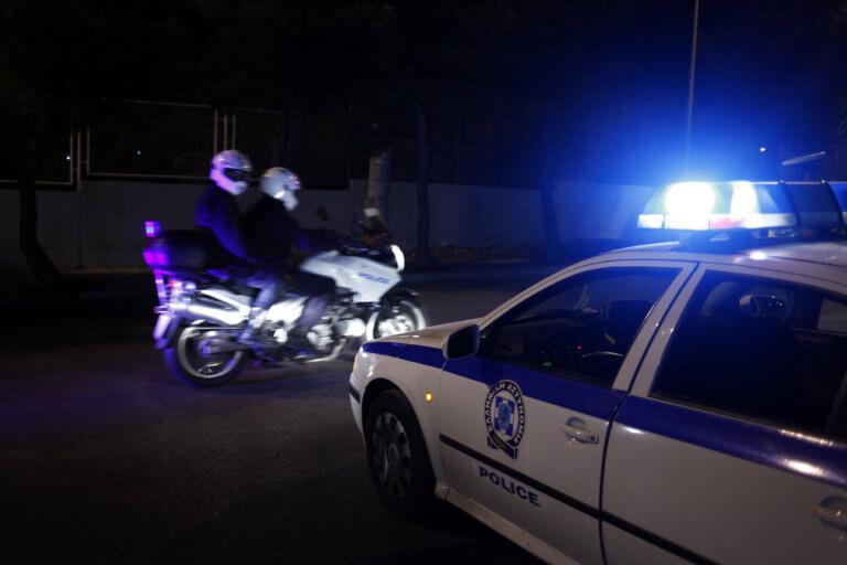 Πιστόλι με γεμιστήρα βρέθηκε κάτω από πλάκα πεζοδρομίου στα Εξάρχεια – Οκτώ συλλήψεις για ναρκωτικά