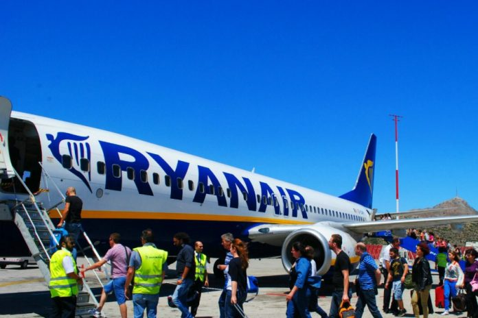 Η Ryanair αρνείται να ξαναπετάξει αν πρέπει να αφήνει κενό το μεσαίο κάθισμα