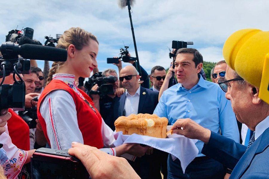 Θερμή υποδοχή Τσίπρα στη Βουλγαρία – Του προσέφεραν μέλι και ψωμί