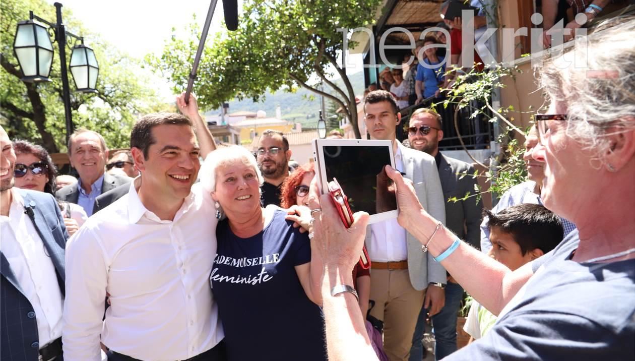 Οι χαλαρές στιγμές και οι selfies του Αλέξη Τσίπρα στις Αρχάνες