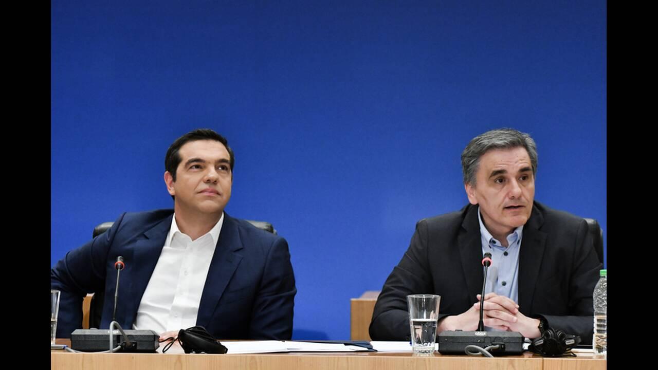 Το παρασκήνιο των μέτρων: Πώς κατέληξαν Τσίπρας και Τσακαλώτος στο πακέτο των παροχών