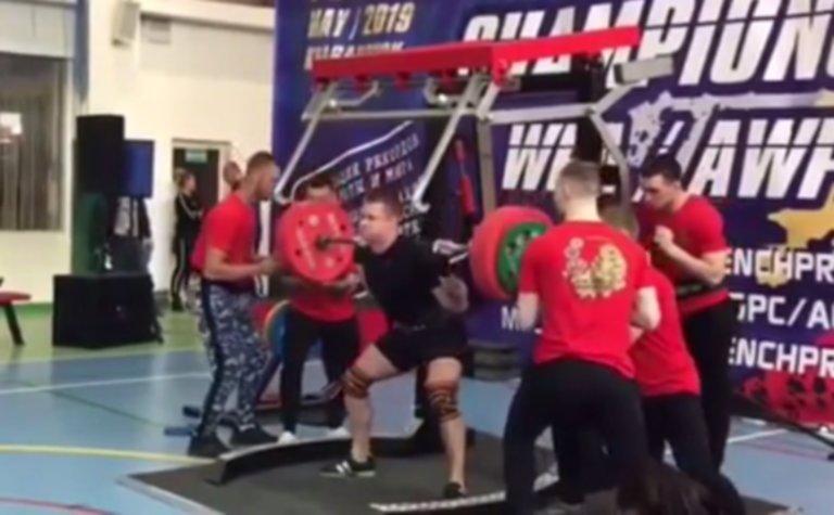 Ανατριχιαστικός τραυματισμός! Προσπάθησε να σηκώσει μπάρα 250 κιλών, αλλά… – video