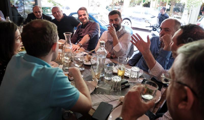 Η χαλαρή συνάντηση του Κ. Μητσοτάκη με τους δημοσιογράφους