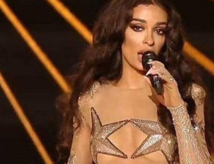 Ελένη Φουρέιρα: Στο backstage του διαγωνισμού με το εντυπωσιακό πανωφόρι της που έκλεψε την παράσταση