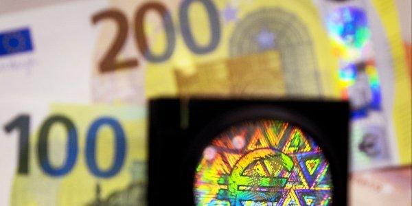 Την Τρίτη στην κυκλοφορία τα νέα χαρτονομίσματα των 100 και 200 ευρώ