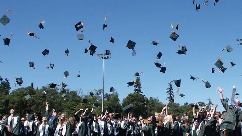 Αποφοίτηση – έκπληξη: «Δωράκι» δισεκατομμυριούχου σε 400 φοιτητές – Τους πλήρωσε τα δάνεια σπουδών