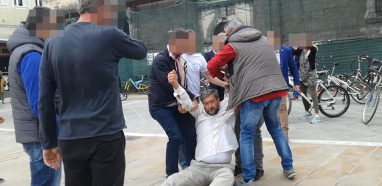 Ασφαλίτες σέρνουν στο δρόμο πολίτη για να μην τον… ακούσει ο Τσίπρας! | ΒΙΝΤΕΟ