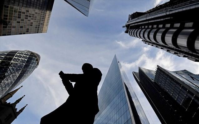 «Πεδίο μάχης» στον εμπορικό πόλεμο και τα νομίσματα – Οι κεντρικές τράπεζες επιλέγουν άμυνα