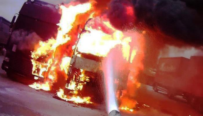 Στιγμές τρόμου προκάλεσε φωτιά σε φορτηγό στην Αγία Πελαγία