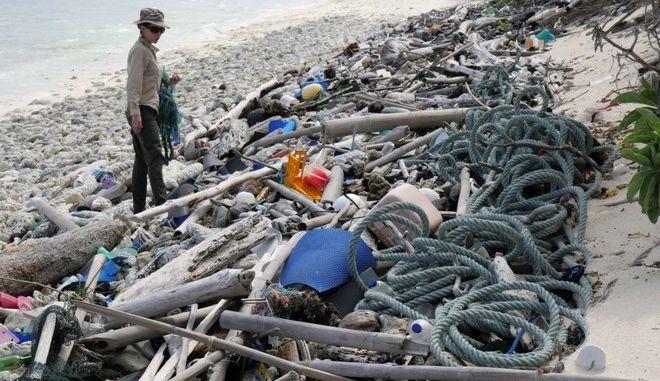 Τεράστια οικολογική καταστροφή στον «τελευταίο παράδεισο» της Αυστραλίας. Ξεβράστηκαν ένα εκατ. παπούτσια και 370.000 οδοντόβουρτσες σε απομονωμένο νησί