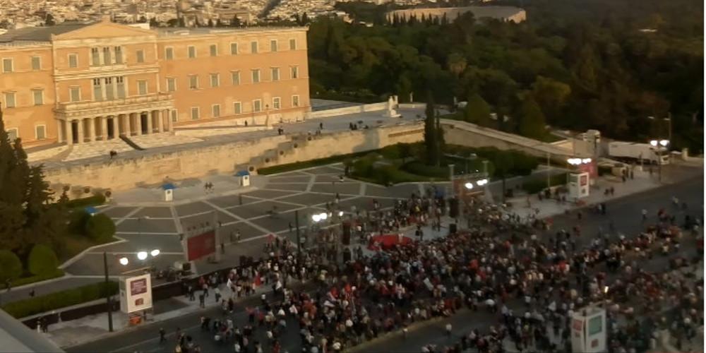 Άδειο το Σύνταγμα πριν την ομιλία Τσίπρα – Καθυστερούν για να μαζέψουν κόσμο
