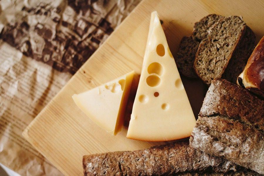 Πως δημιουργούνται οι τρύπες στο τυρί;