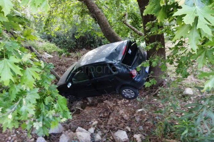 Του 'φυγε το αυτοκίνητο και έπεσε στον γκρεμό – Tροχαίο στον δρόμο προς Μαλάξα με δύο τραυματίες | Photos
