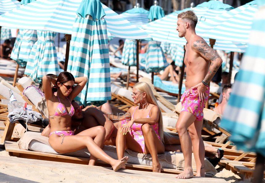 Ιωάννα Τούνη – Νώντας Παπαντωνίου: Επιστροφή στο νησί των Ανέμων! Στην παραλία με… ασορτί ροζ μαγιό [pics]