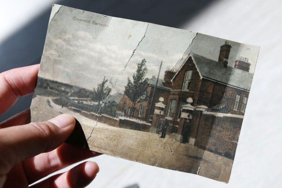 Ο ταχυδρόμος έφερε μια κάρτα που είχε σταλεί πριν από 112 χρόνια