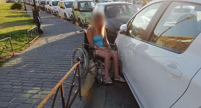 Κρήτη: «Γάιδαρος» παρκάρει σε ράμπα ΑμΕΑ για να πιει το καφεδάκι του στο ενετικό λιμάνι | Photos