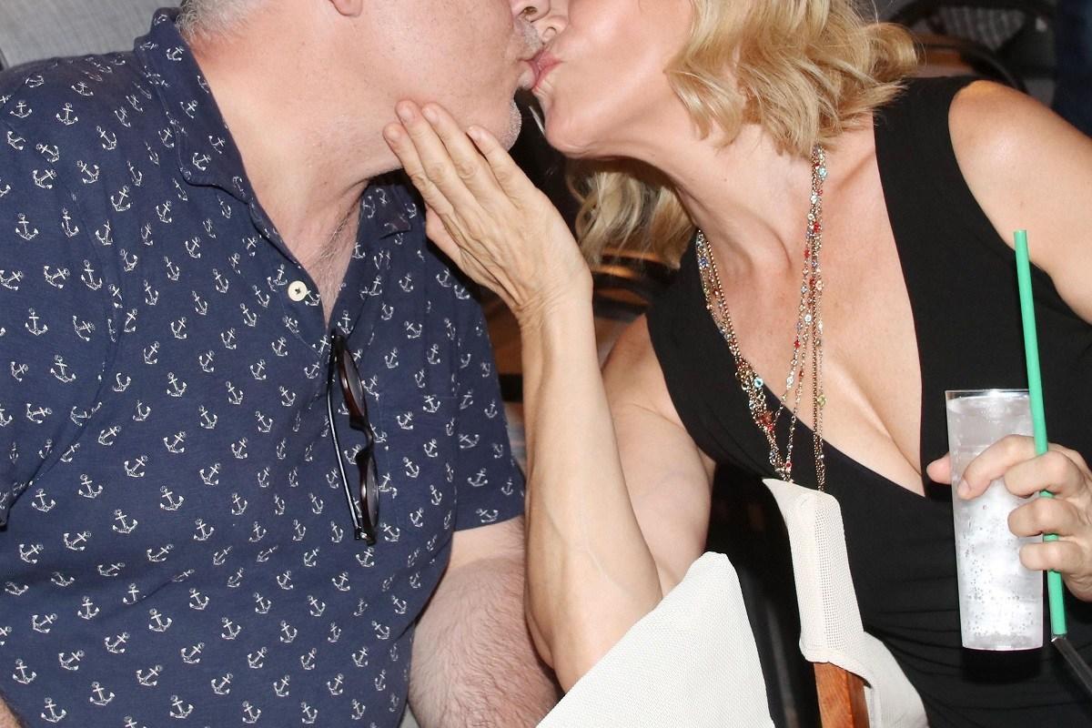 Δεν θα πιστέψετε ποιους «τσακώσαμε» να φιλιούνται σε θεατρική πρεμιέρα