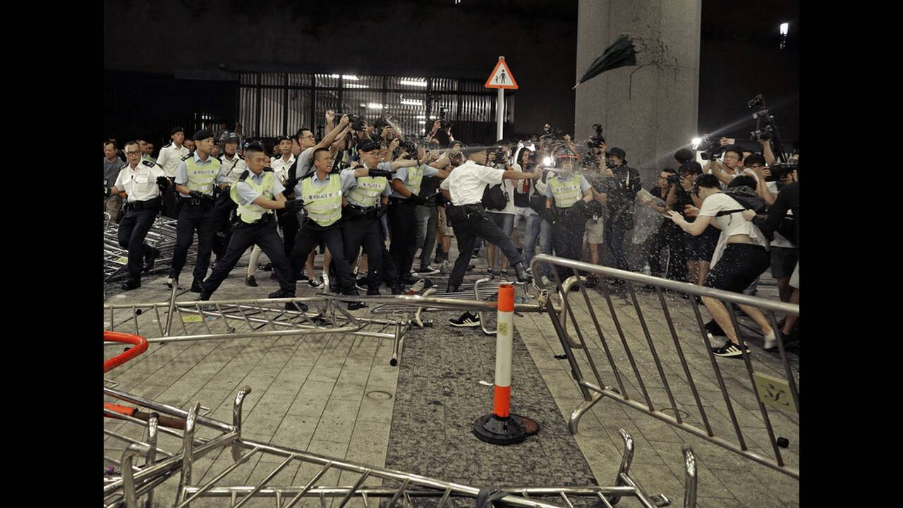 Χονγκ Κονγκ: Εκατοντάδες χιλιάδες πολίτες «ανοίγουν δρόμο» για να περάσει ασθενοφόρο