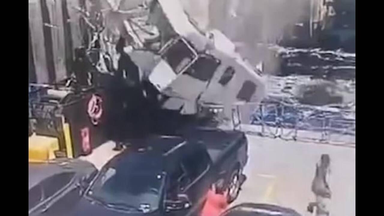 Σοκαριστικό δυστύχημα: «Ιπτάμενο» τροχόσπιτο καρφώθηκε σε πλοίο
