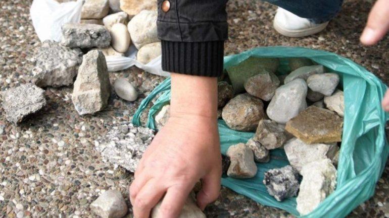 Στο εδώλιο για τις πέτρες στα αυτοκίνητα οι νεαροί και οι…μητέρες τους