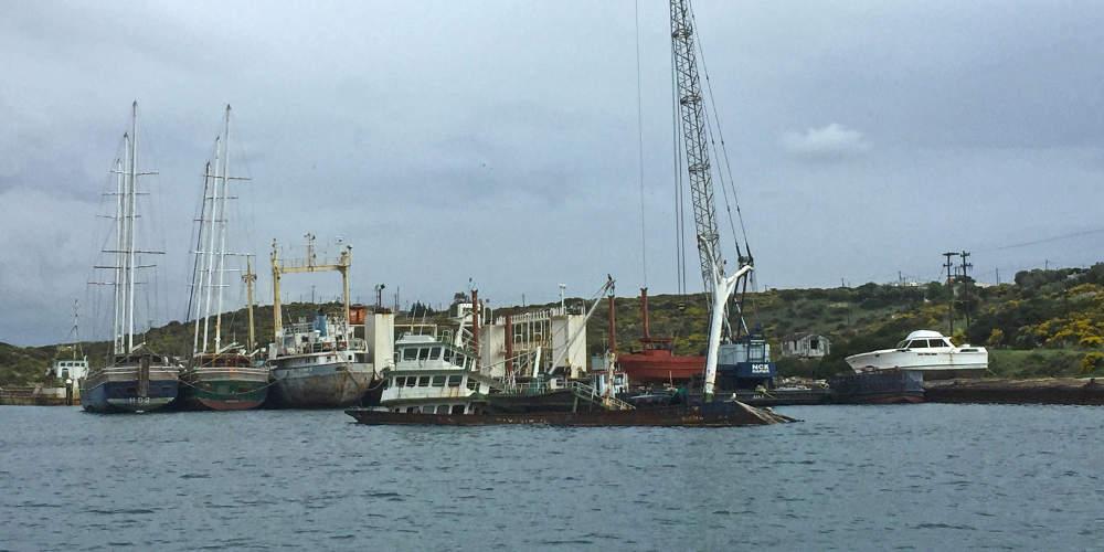 Αυτοψία: Πλοία-τοξικές βόμβες κάνουν «χωματερή» τον κόλπο της Σαλαμίνας [εικόνες]