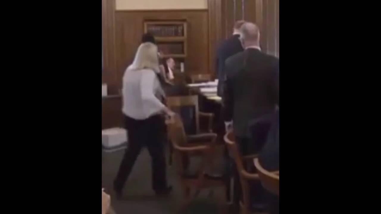 Βίντεο – σοκ: Έκοψε το λαιμό του στη δίκη υποστηρίζοντας πως το θύμα πέθανε σε όργιο