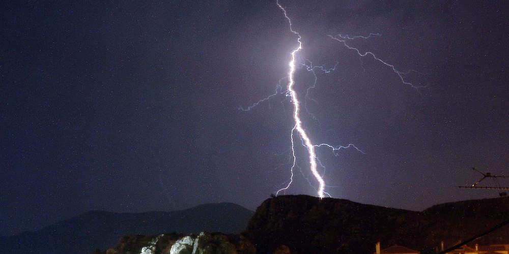 Ο Δίας μόνος… Ξένιος δεν είναι: 680 κεραυνοί και 60 χιλιοστά βροχής σε 1 ώρα στην Αττική