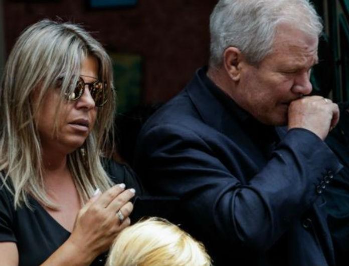 Κηδεία Πάνου Ζάρλα: Μαυροφορούσα η μητέρα του στην εκκλησία! Δεν άφησε λεπτό από τα χέρια της την… (Βίντεο)