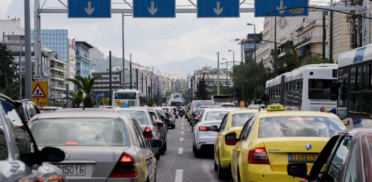 Τροχαίο ατύχημα στη Συγγρού: Αυτοκίνητο ξήλωσε φανάρι