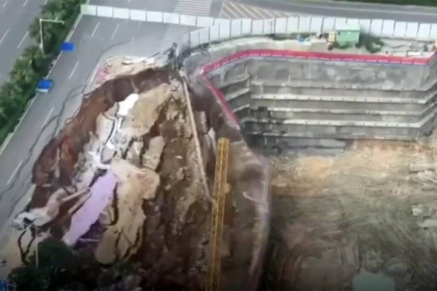 Σοκαριστικό: Κατέρρευσε δρόμος μέσα σε δευτερόλεπτα