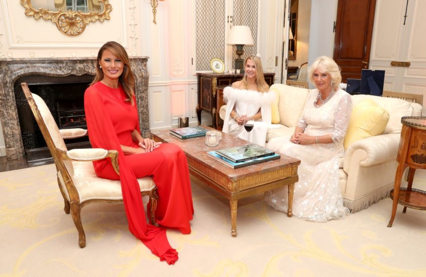 Melania Trump: Η εντυπωσιακή εμφάνιση στα κόκκινα και το φόρεμα αλά Meghan Markle αξίας… 6.300 ευρώ