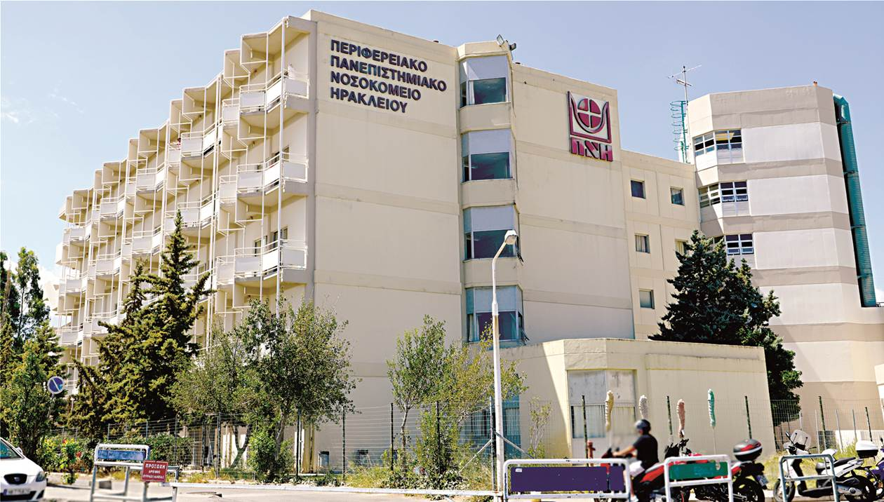 ΠΑΓΝΗ: Συνεχίζουν το κάπνισμα στην αυλή του νοσοκομείου παρά τα πρόστιμα