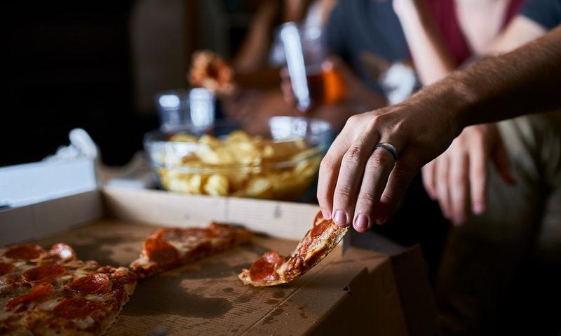 Οι 6 τροφές που πρέπει πάση θυσία να αποφεύγετε το βράδυ (pics)