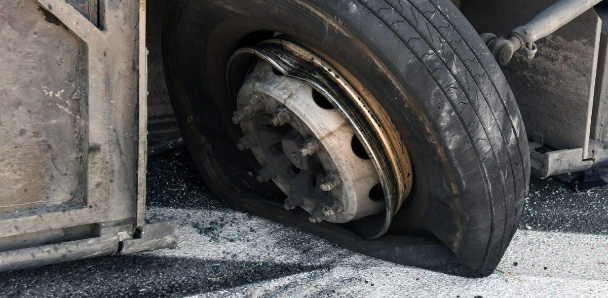 Σύγκρουση βυτιοφόρου με αυτοκίνητο στην Λαυρίου
