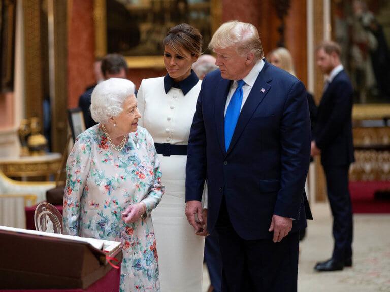 Βρετανία: Ο χαιρετισμός της Μελάνια Τραμπ στην Βασίλισσα Ελισάβετ που προκάλεσε αίσθηση – video