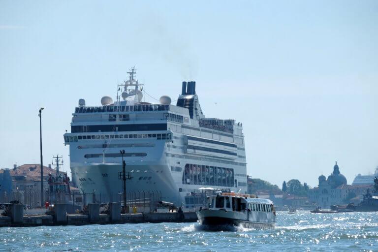 Τρόμος στη Βενετία! Τρελή πορεία κρουαζιερόπλοιου – Πήρε σβάρνα σκάφος και βγήκε στη στεριά [video, pics]