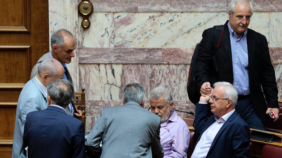 Εμφύλιος στον ΣΥΡΙΖΑ για τις τροπολογίες με τα ρουσφέτια