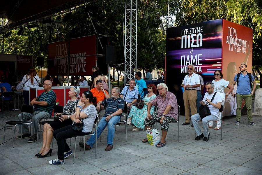 Κατεβασμένα κεφάλια και απογοήτευση στο περίπτερο του ΣΥΡΙΖΑ στο Σύνταγμα