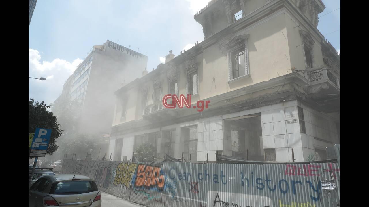 Σεισμός Αθήνα: Κατέρρευσε τμήμα του κτηρίου της Marfin