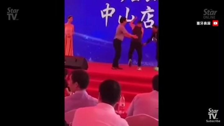 Σοκαριστικό βίντεο: Διάσημος ηθοποιός δέχεται επίθεση με μαχαίρι πάνω στη σκηνή