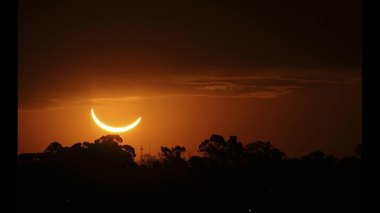 Μοναδικές εικόνες από την ολική έκλειψη ηλίου