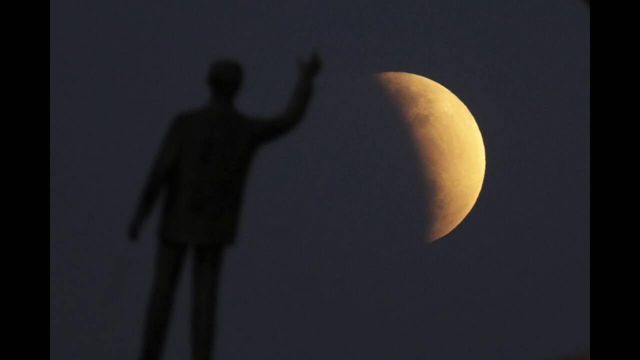 Μερική έκλειψη Σελήνης και πανσέληνος: Καθηλωτικές εικόνες