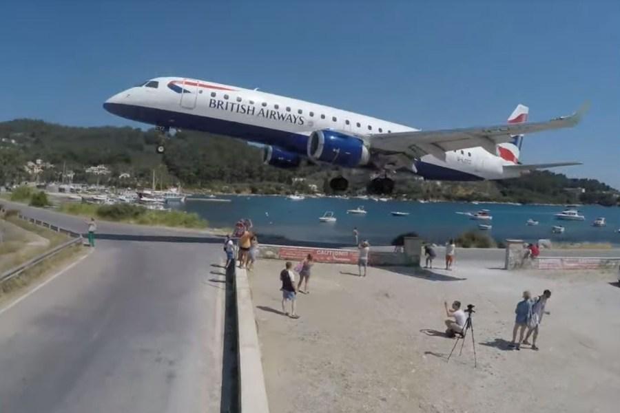 Βίντεο από το αεροδρόμιο Σκιάθου που κόβει την ανάσα – Μαζεύονται τουρίστες για να καταγράψουν προσγειώσεις